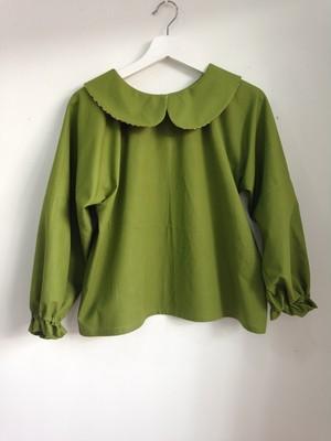 うぐいす色と市松模様が可愛さと強さを演出する長袖の丸襟ブラウス。一点物。一点物