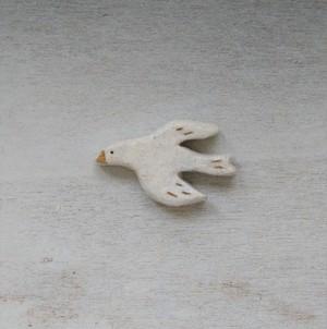 空の白い鳥のブローチ(A White bird in the sky)