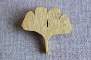 木製イチョウの葉っぱブローチ