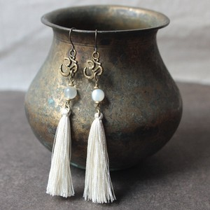 ピアス -moonstone × white tassel-