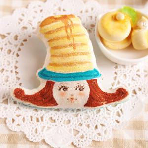 スイーツ帽子の女の子ブローチ(パンケーキ)