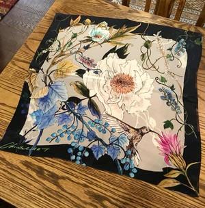 シルクスカーフ「ハチドリのいる庭」(ネイビー)50cm角
