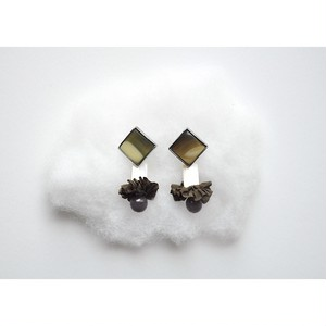 tiravisù【 vintage button _ white shell _ earring 】handmade イヤリング japan