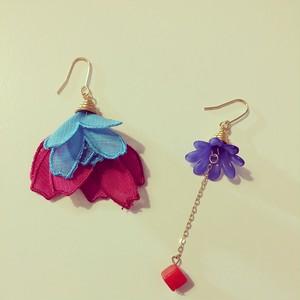 フランスのお花(ブルー×チェリー)の耳飾り ピアス・イヤリング