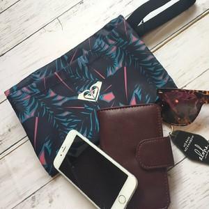 ROA174326 ロキシー ポーチ レディース 人気 ブランド クラッチバック 化粧ポーチ 夏 海 プレゼント 機能的 小物入れ 選べる 2カラー ネイビー 黒 ブルー ROXY