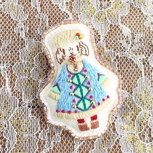 「雪の日のピカ (タレ耳ウサギ)」刺繍ブローチ