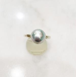 淡いグレーの南洋真珠(11mmアップ)の細いシルバー台リング
