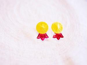 grandma  糸ボタンの勲章ピアス yellow × fuchsia pink