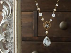 樹氷・ヴィンテージ・白いギブレガラスのネックレス