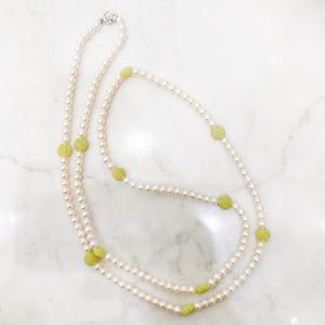 真珠にオリエンタルな彫りのオリーブジェイドのロングネックレス