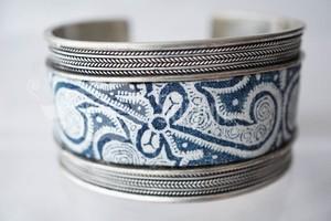 ミャオ族のロウケツ染めと銀細工のシルバーブレスレット