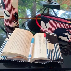 スピーチバルーンのブックカバー:文庫サイズ 猫柄が可愛い❣️ 3センチの厚みだって楽々カバー 月縞猫 何にだって似合っちゃう猫柄