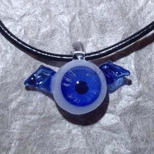 羽が生えた目玉のネックレス 青ver