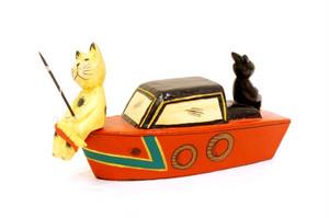 木彫りのバリ人形20 釣りをするネコとウサギ
