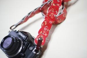 folklole mini / Red flower【ウロコのようなカメラストラップ】
