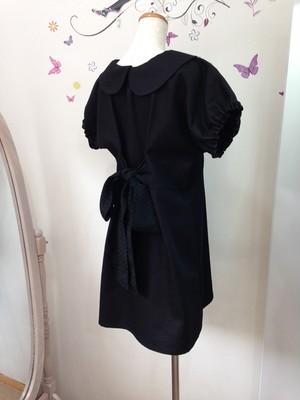 すっきりシンプルな丸襟のリトルブラックドレスをバックリボンスタイルで♥  半袖