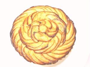15cm 月替わりホールケーキ・10月「タルトゥ・オ・ポンム」りんごの季節到来、りんごのタルトゥの中にはアーモンドクリームと甘酸っぱいりんごのコンポートがたっぷり。