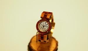 木ベルトがカラフルな腕時計