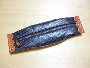 スカラップ留め革のペンケース