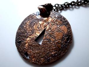 [和風のアクセサリー]鍔のペンダント・菊と牡丹
