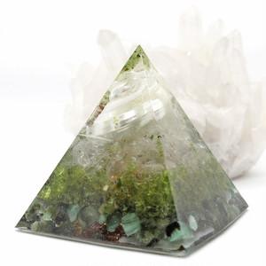 幸運を引き寄せる巻き貝入り!ピラミッド型Ⅱ 貝殻入りオルゴナイト ペリドット&エメラルド