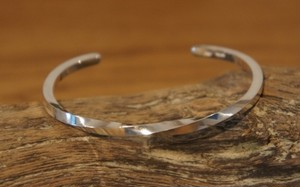 center twist silver bangle