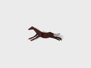ブローチ 馬 走る
