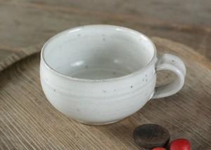 白い陶器のスープカップ