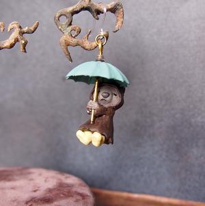 【傘のピアス】レインコートのウォンバット(茶色)