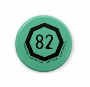 マル82缶バッチ