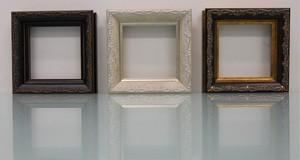 樹脂アンティークおしゃれフレーム8214額縁サイズ100mm×100mm窓枠サイズ88mm×88mm 2mmアクリル裏板付 壁掛け用/箱なし 向かって左からブラック、ホワイト、ブラウンです