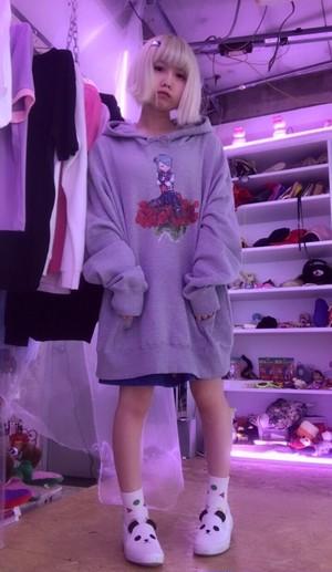 薔薇に座る女の子BIGパーカー/NETDREAMTHINKS