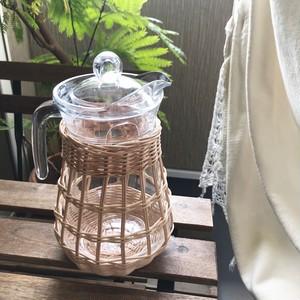 籐編みのガラスピッチャー
