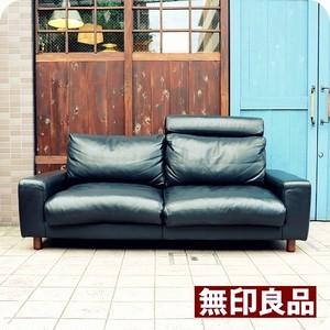 人気の無印良品(MUJI)のフェザーを使用した本革張り2.5シーターソファーです♪シンプルでワイドなフォルムとふかふかの座り心地が寛ぎ感UPしてくれる2人から3人掛け用ソファーです!!◆中古家具/インテリア