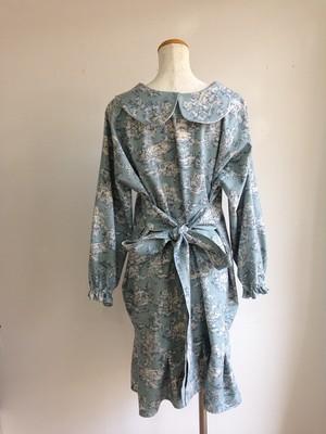 リボンが色々な表情を演出する、きれいなブルー系の上品丸襟ワンピース。一点物
