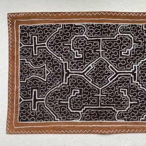 泥染め刺繍カフェマット 22x34cm 黒泥染め部に白刺繍 プレイスマット シピボ族の手刺繍 先住民族の工芸