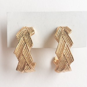 """AVON"" Textured Goldtone pierce[p-497]"