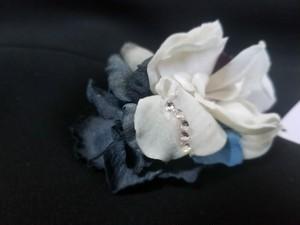 花びらを伝うしずくのようなビジューを効かせたコサージュ22258