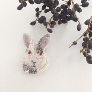 【受注生産】《プチサイズ》Rabbit gray x ecru刺繍ブローチ