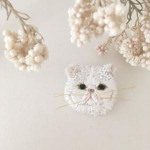 【受注生産】 《プチサイズ》ペチャ顔ネコ white flower 刺繍ブローチ