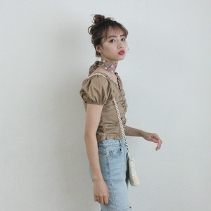 walnut button heart neck blouse (S19-01104K)