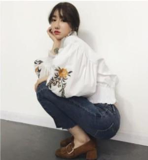 人気のバルーンフレア袖☆フラワー刺繍シャツ