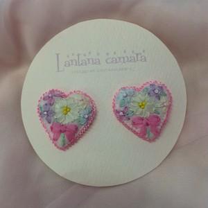 Lantana camara リボン刺繍のミニハート型ピアス
