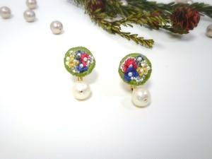 お花の刺繍とコットンパールのイヤリング○グリーン