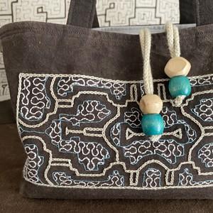 泥染め刺繍厚底バッグ 巾着ふた付き 水色刺繍 シピボ族の手刺繍