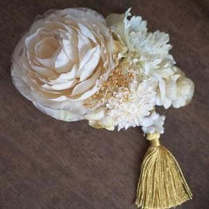タッセルとオフホワイトの花飾り