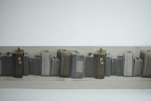 輸入ボーダー壁紙【Deborah Bowness デボラ・バウネス】 Suitcase Border Grey スーツケースボーダーグレー