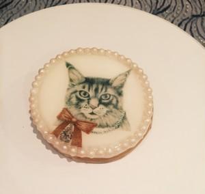 "cukr - ""Ribbon Cat Brooch"" (Large Size)"