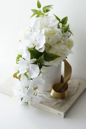 胡蝶蘭と芍薬のスタイリッシュなブーケ(ブートニア付)