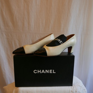 CHANEL Bi-color Low heels